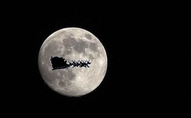 Santa Claus camino de la siguiente casa